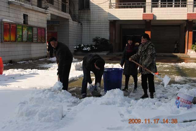 风雪 庐阳区青少儿活动中心扫雪忙图片