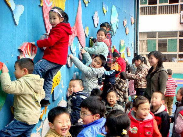接着,见习生们被安排到各年级班,跟班见习幼儿