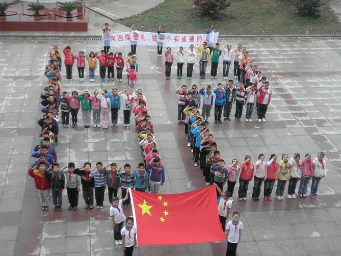 军人向国旗敬礼图片