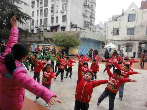 中班小朋友们表演了强劲有力的蒙古族模仿操《小小