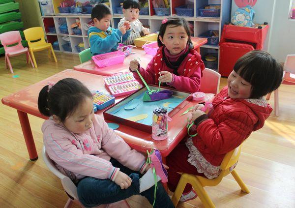 参观的老师深入幼儿园班级进行了区域游戏实地观摩.