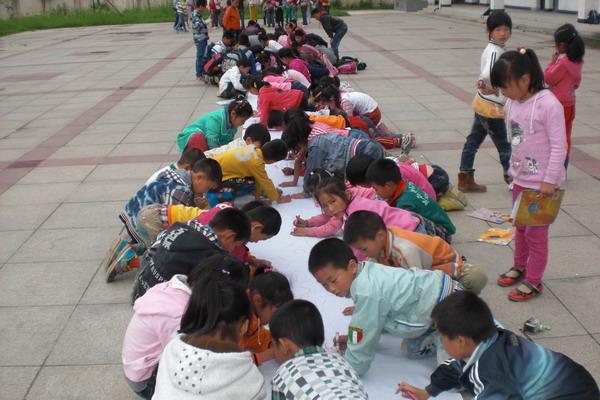"""学校操场举行了""""爱我校园""""百米长卷现场绘画比赛.来自全校"""