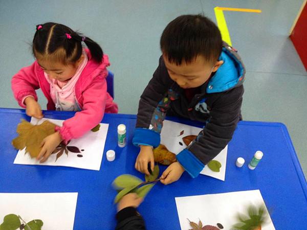 旨在幼儿学习选择形状合适的树叶拼贴小动物和美丽的景色,体验树叶