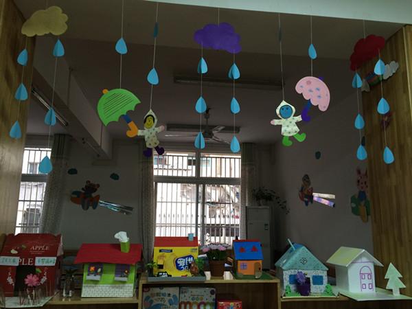 主题墙的左上方是小朋友和家长一起动手制作的亲子手工——美丽的家