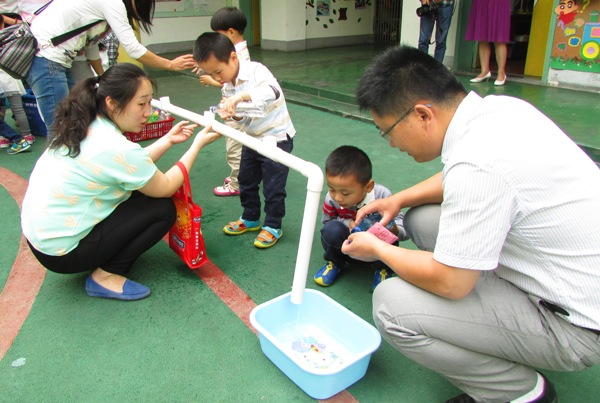 当伟大的中国人发明了指南针、火药、造纸术和活字印刷;当一千八百多年前,瓷器在东汉出现;当中国制造的载人航天飞船进入太空,这无一不体现着伟大的科学创造。5月22日,合肥市大西门幼儿园开展了以乐玩科学为主题的迎六一科学乐家长开放活动。 本次活动中,教师们把自己的奇思妙想和孩子们感兴趣的科学知识紧密结合。每个班级都有一个主题,围绕这个科学主题,设计了适合各个年龄班的探索小实验、科学小游戏和趣味小制作等。幼儿园自2014年5月承担国家级课题《区域性推进学校现代公民教育的实践研究》的子课题《角色游戏中幼儿自主