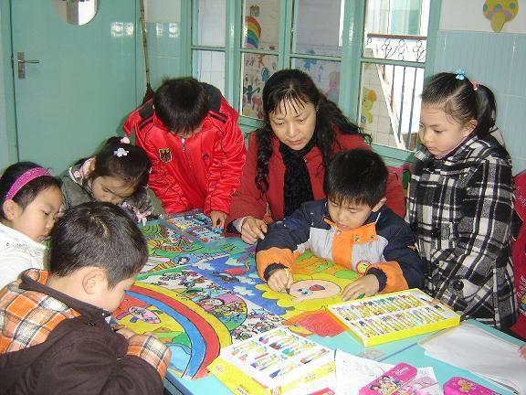 精心辅导幼儿绘画,让幼儿用七彩画笔画出可爱的家乡
