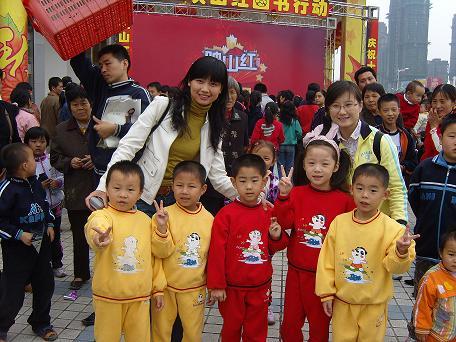 """孩子们在老师的宣传带动下,积极开展由""""第一时间""""播出的""""映山红""""活动.图片"""
