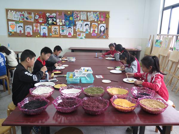 美术社团开展 五谷杂粮拼图画 主题社团活动