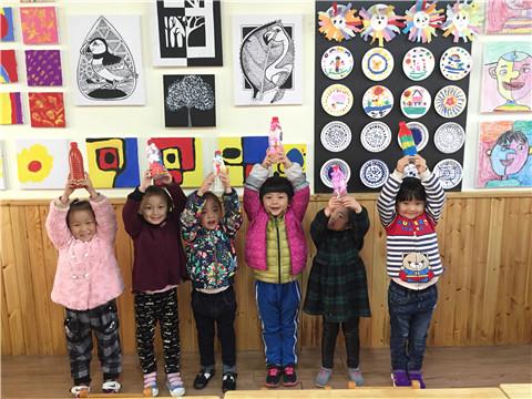 美工活动室为孩子们提供了彩泥,瓶子,石头,颜料,蛋托,色纸等丰富的