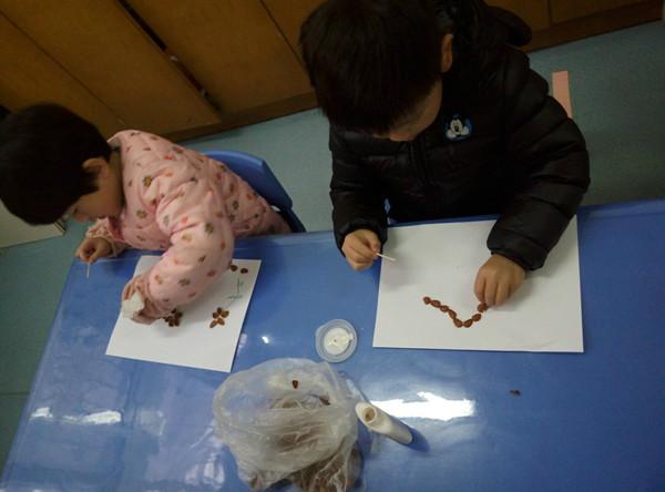 有利用各种废旧材料(如松子壳,防撞棉等)制作的粘贴画,有蛋壳创意,有