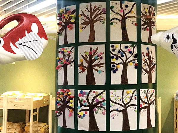 宿幼森林城幼:小四班开展美工活动---我给大树穿花衣