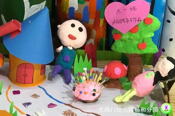 畅和分园的老师们还把亲子作品贴上标签,展示在幼儿园的楼梯和美工图片