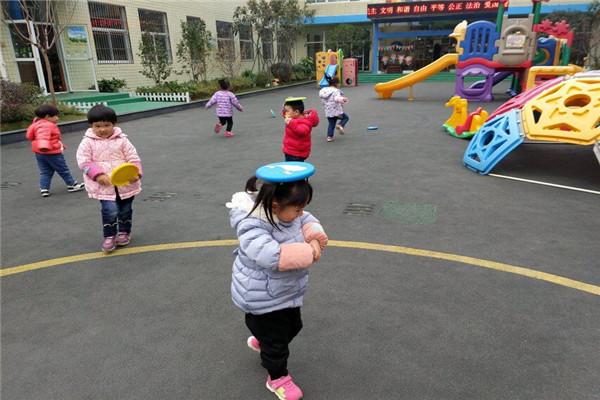 飞盘是民间游戏的一种,孩子们最喜爱的游戏之一,这不,2017年11月29日上午合肥市荣城幼儿园小二班的孩子们进行了户外活动《我的飞盘真好玩》。  孩子们三三两两有的把分盘扔的非常高,有的把飞盘顶在头上走路,还有的孩子把飞盘房子地上滚,这么多的玩法都是孩子们自己想出来的,小脑袋真是想象力爆棚啊。  通过玩飞盘的游戏不仅可以锻炼孩子们的手臂力量,还可以激发孩子们的想象,让他们在玩中学习,真是太开心啦。(撰稿:胡君君 摄影:赵崖 审稿:赵崖)
