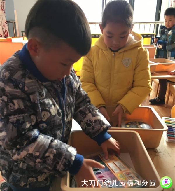为了培养幼儿自主服务的意识和自主管理的能力,学会收拾整理物品是孩子自理能力中的良好习惯之一。专家指出,幼儿能力与习惯的培养是在学前期,所以,让幼儿养成收拾整理自己物品的良好习惯很重要。2017年12月1日下午,大西门幼儿园畅和分园大二班的小朋友们正在学习整理自己的收纳盒和储物柜。  瞧!小朋友们整理的多认真啊,在老师的提醒下小朋友将物品整理、归类,不用的东西捡出来扔进垃圾桶里,常用的东西放在盒子上面,便于取用。小朋友们一边积极地动起手来,一边小声地讨论应该如何将东西摆放整齐。有的在叠倒穿衣,有的在检查记号