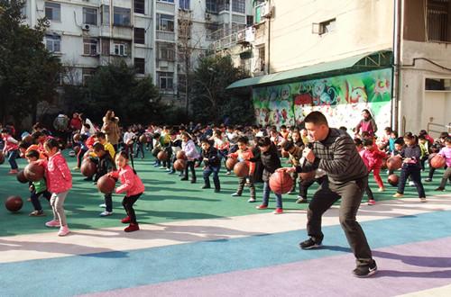 幼儿园将会继续把篮球活动开展下去,在指导幼儿练习多种篮球玩法的
