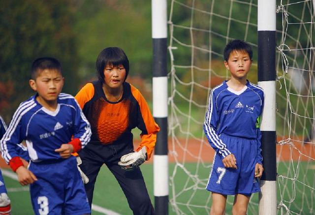 当时各个学校的女子足球队员都很欠缺,跃进小学也不例外.