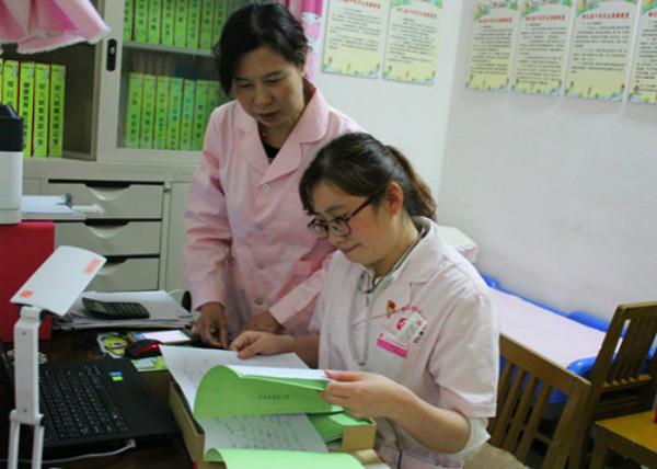 关注幼儿健康,是每个家庭和幼儿园的一件大事。为进一步提高幼儿卫生保健工作质量,促进幼儿健康成长,4月21日合肥市妇幼保健所的医生来到市委海棠幼儿园,为全园幼儿开展了一年一度的幼儿健康体检活动,建立幼儿健康档案,让家长及时了解孩子的身体发育情况。  4月21日上午,合肥市妇幼保健所多名医生来到市委海棠幼儿园,医生根据幼儿的年龄特点,耐心、细致地为孩子们进行了身高、体重、视力、皮肤、眼、耳、口腔、牙齿、心肺听诊、血常规等项目的检查,并填写《儿童定期健康检查表》,对每一个指标做出评价。医生们分工明确、态度温和,