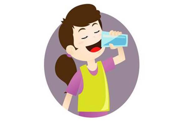 在幼儿园里时,老师也会关照小朋友多喝水.