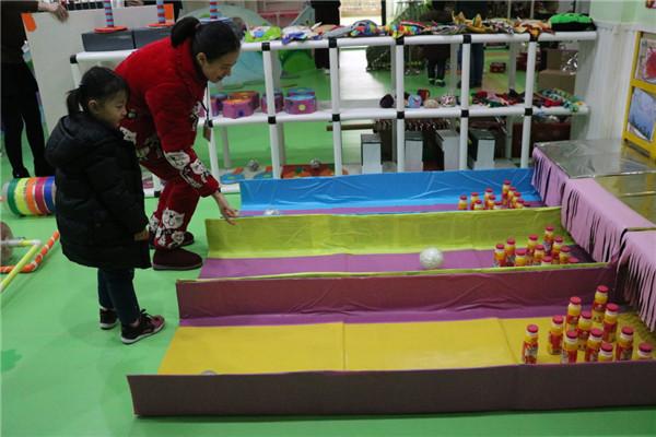本次展出的作品有体育器械:易拉罐瓶制作的梅花桩和多功能接球器,废旧布料、棉花制作的小飞盘,用旧棉袜、废旧包装和彩带制作的沙包、袋鼠跳袋等,还有各种区域类自制教玩具。这些玩具不仅能够丰富幼儿的游戏活动,而且也达到了各班之间资源共享的目的,既体现了节约环保,也达到了实用、创新、趣味的要求。为期一周的活动,孩子们和家长一起进行了开心的游戏。