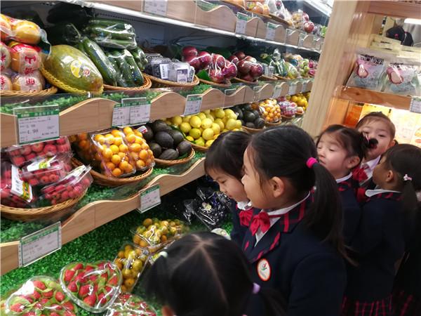 """社区活动是幼儿园教学活动不可缺少的环节与步骤,也是巩固所学知识、吸收新知识、发展智能的重要途径。为了让幼儿体验生活,丰富生活经验,增强他们的社会实践能力, 11月28日上午合肥市安庆路幼儿园城市之光分园开展了""""欢呼雀跃逛超市,万里挑一送恩情""""社区活动。     活动开始前,老师给幼儿们进行了安全活动,让幼儿学习并了解了简单的交通标志,以及过马路时需要注意的问题等,并且提醒中大班幼儿在上行的滚动扶梯要注意安全、在超市时跟进老师,不要单独离开班级队伍。 小班篇 小班幼儿在老师的带领下来到了幼儿园附近的百果园"""