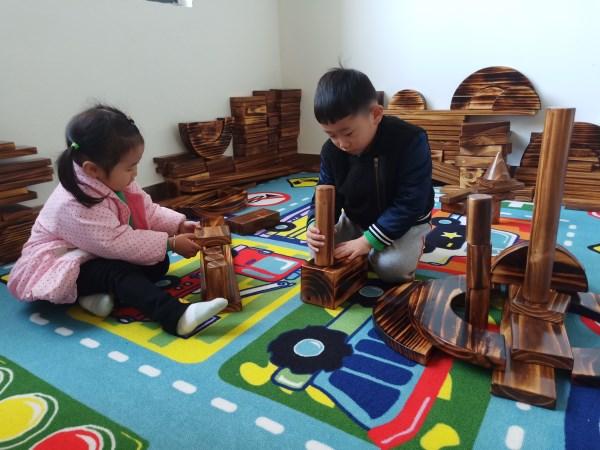 建构游戏是融思维、操作、艺术、创造为一体的活动,四里河畔园除了在班级中设立建构区外,还专门创设了专用建构室,并提供丰富的材料,为了让幼儿在动手操作的过程中不断提高建构能力。11月30日,市委机关幼儿园四里河畔园菠萝班老师们带领宝贝们进行搭建活动。  孩子们参加建构游戏活动,在短短的30分钟时间内,孩子们结合自己已有的生活经验进行创意构思、巧妙搭建,一个个生动的作品在孩子们灵巧的小手下精彩呈现:有深受孩子们喜爱的小城堡,高楼大厦,有好玩的滑滑梯别小看了建构游戏中那一个个小积木,孩子们通过动手操作,把这一个