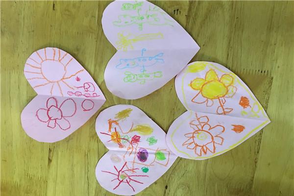 欣欣小朋友说:自己希望一家一直手拉手在一起,苒苒小朋友说:我画了两