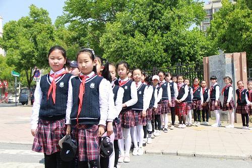 可爱的笑脸,穿着统一又朝气蓬勃的校服,拍着整齐有序的队伍,我们带着