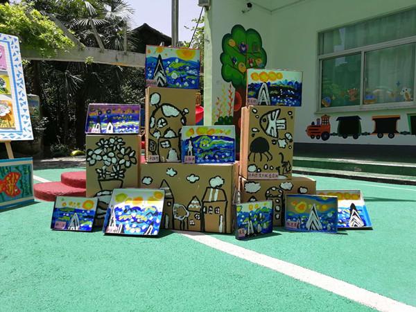 孩子是天生的画者,他们有最敏感的触角,总能给我们直击心灵的感动。为了庆祝六一儿童节,让孩子们能够分享快乐、放飞梦想,充分感受艺术创作的快乐与美,5月23日,合肥市大西门幼儿园开展童心看世界 画语展未来六一主题画展活动,给孩子们提供一个展示自我的平台。  一进大西幼的园门,便如同走进了一个色彩斑斓的世界,幼儿园里处处充满了艺术的氛围,每一面墙壁都在讲述着童画故事,每一个角落都弥漫着艺术气息。   瞧!幼儿的作品风格多样,每一幅作品都是最独特的表达!每一幅作品都蕴藏着一个故事,每一个故事都表达着孩子