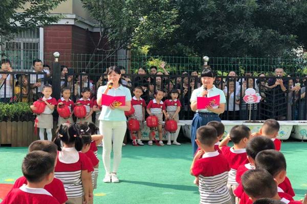孩子们精心准备的读诗表演悠悠中国节,浓浓家乡情以唱和读的形式歌颂了合肥孩子以美丽家乡为骄傲的情怀,同时加入了快板的独特表演,孩子们的活泼稚嫩的动作,清澈脆亮的声音引来了在场家长们的阵阵掌声。  在一阵诙谐生动的音乐声中,老师们身着浓墨重彩的小丑服现身活动现场,活泼有趣的泡泡秀表演掀起了活动的高潮,孩子们与老师互动多多,为此次开学典礼添上了最华丽的一笔。   金秋九月,绿意起航。一草一木皆生命,一枝一叶总关情。今日绿荫地上孩童的点滴举动,正是美好童年、绿色家园的成长之源。我们坚信,绿荫蓝天终可期,只因