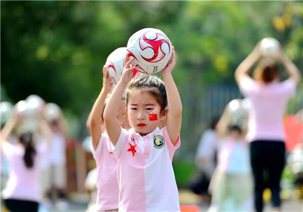 并融入了幼儿园的特色活动——足球.