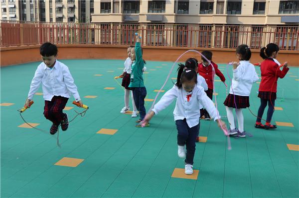 跳绳运动促进了幼儿手,脚,腕,肩等部位协调能力的发展,增强幼儿的体质