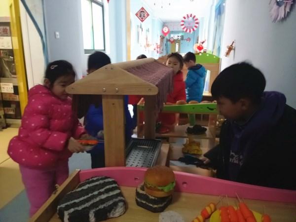 区域游戏活动是幼儿园教育的重要组成部分,是孩子们每天游戏、学习不可缺少的活动。孩子们在区域游戏中可以按照自己的意愿,自由的选择区域内容和学习伙伴,自主的进行操作、探索和交往。2019年3月1日上午,市委机关海棠园大二班正在开展区域游戏。   看,孩子们正在自己喜欢的区角里进行游戏,各个区角里都呈现出热闹的景象。哇偶餐厅中,孩子们分工明确、任务清晰,纷纷化身为小厨师、服务员和小顾客,有秩序的就餐与服务。脑洞大爆炸中,孩子们拿出围棋和飞行棋,认真的思考着、对弈着。美工区、建构区、数学区中的孩子们也正在尽情的创