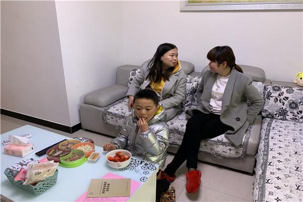 家访工作是幼儿园开展家长工作的第一步,为确保家访率达到百分百,老师们事先做好家访前的准备工作,设计好合理的路线,提前电话预约好时间进行家访。2019年3月11日合肥市荣城幼儿园大三班两位老师和副园长杨宁春来到王晨阳小朋友家,深入了解孩子的成长环境及生活经历。  在家访的过程中,老师们与家长亲切交流,详细询问了孩子在家的表现,了解孩子的生活习惯、兴趣爱好等;对家长们提出的问题老师进行了耐心细致的解答。并听取了家长对教师的意见、希望,同时,向家长反映幼儿在园的表现,肯定幼儿的优点,甚至是家长还没有注意到的闪光